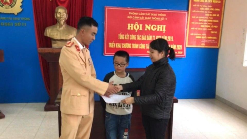 Bé trai 8 tuổi đi lạc ra đại lộ Thăng Long sau khi quên lên xe đưa đón - 1
