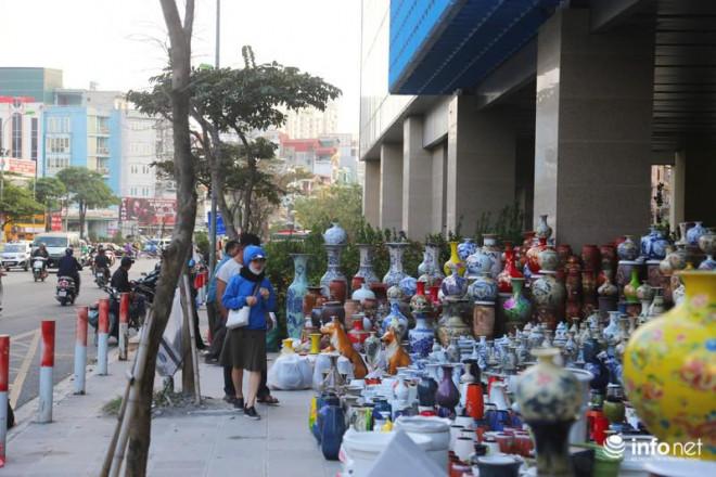 Vỉa hè, sân nhà ga đường sắt trên cao Cát Linh - Hà Đông thành chợ hoa Tết - 4