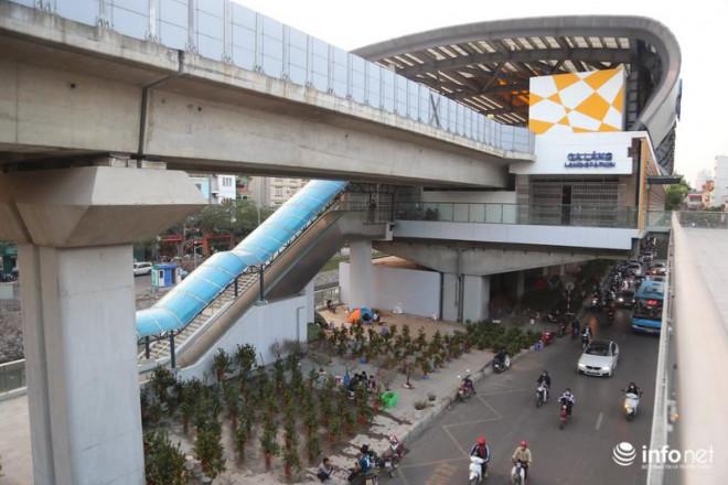 Vỉa hè, sân nhà ga đường sắt trên cao Cát Linh - Hà Đông thành chợ hoa Tết - 13