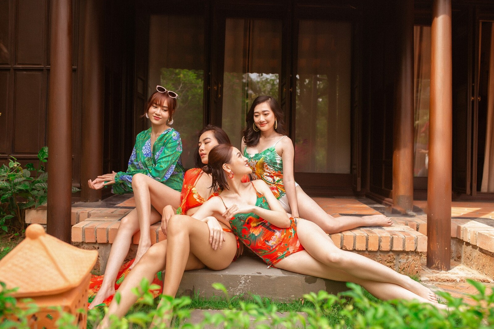 """Lan Ngọc cùng hội bạn thân diện bikini nóng bỏng, gây """"náo loạn"""" biệt phủ xứ Huế - 3"""
