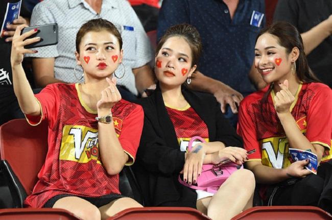 Tối ngày 16/1, người hâm mộ bất ngờ phát hiện Huyền My cùng 2 cô bạn xuất hiện trên sân Rajamangala theo dõi trận đấu U23 Việt Nam gặp U23 Triều Tiên.