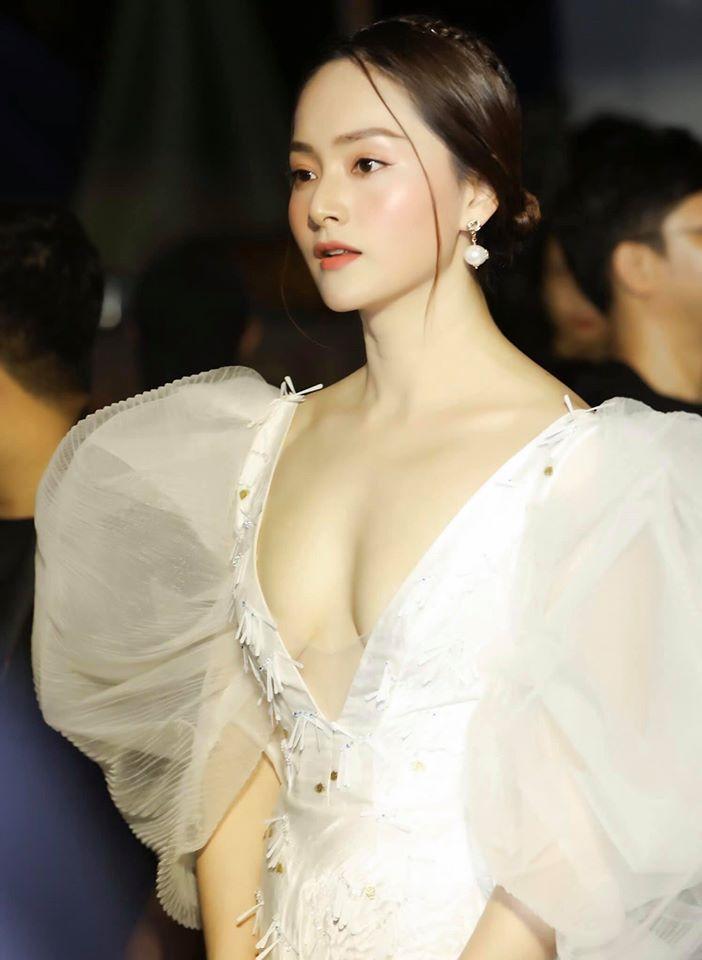 """Váy lộ gần trọn thềm ngực khiến Lan Phương quên quan điểm """"không thích hở hang"""" - 1"""