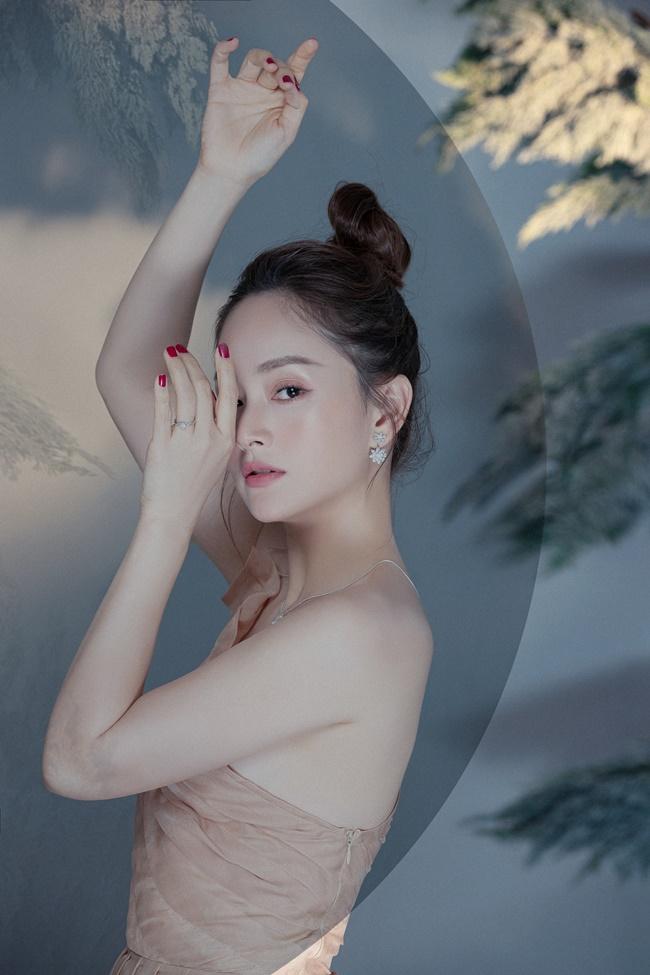 """Váy lộ gần trọn thềm ngực khiến Lan Phương quên quan điểm """"không thích hở hang"""" - 5"""