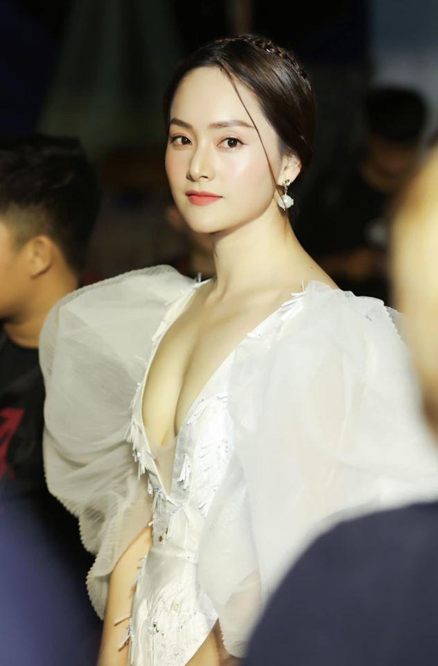 """Váy lộ gần trọn thềm ngực khiến Lan Phương quên quan điểm """"không thích hở hang"""" - 3"""