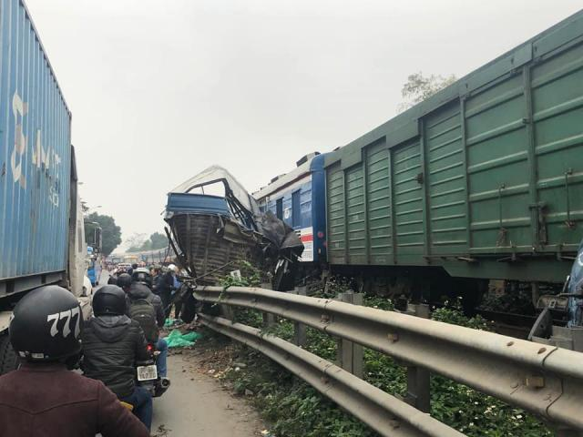 """Ô tô tải chở cá băng qua đường sắt bị tàu hỏa """"vò nát"""""""