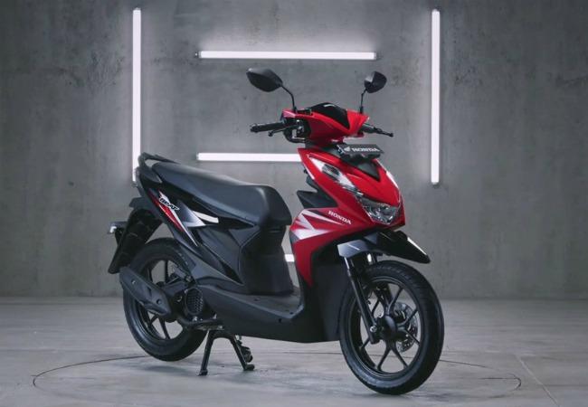 Nhà phân phối xe máy Astra Honda vừa tung hai phiên bản xe tay ga mới hoàn toàn trong gai đình Honda BeAT với phiên bản BeAT tiêu chuẩn và BeAT Street có thiết kế thân xe mới gọn nhẹ, trang bị nhiều công nghệ với những đổi mới mạnh cả về mặt khung xe và động cơ. Ảnh 2020 Honda BeAT bản tiêu chuẩn.