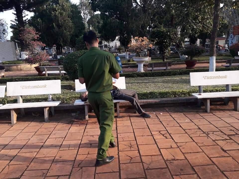 Đi tập thể dục, tá hỏa phát hiện xác người trên ghế đá hoa viên - 1