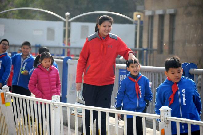 Nữ VĐV nhí Trung Quốc mới 12 tuổi đã cao 2m12: Ngước mỏi cổ mới thấy mặt - 1