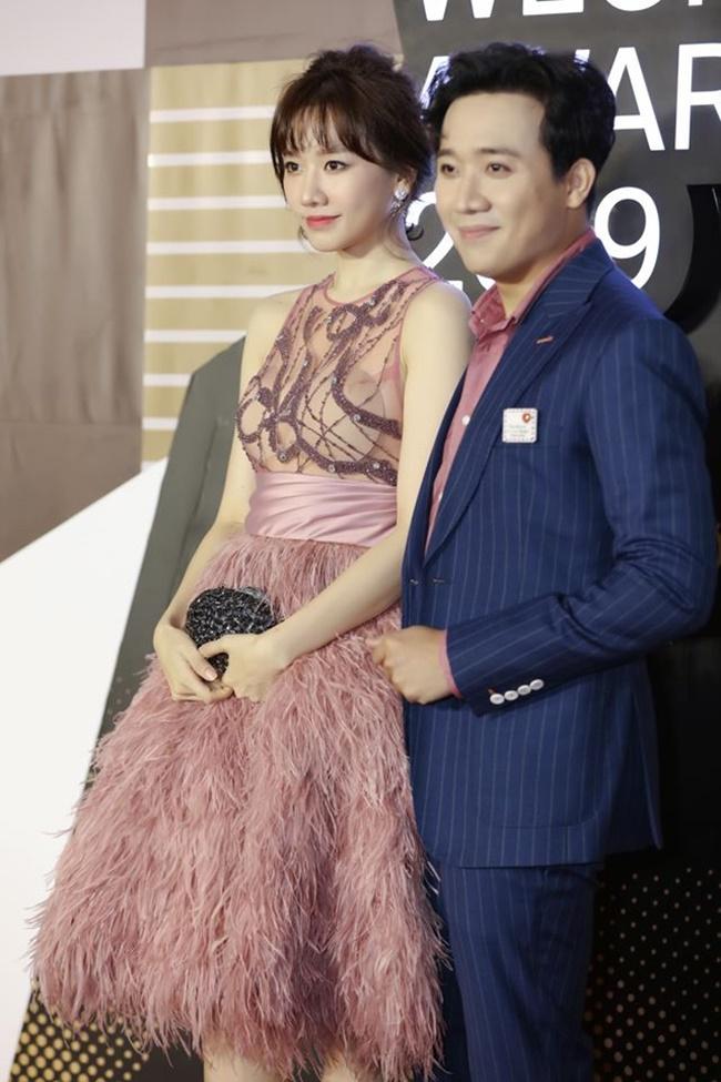 Hari Won mất điểm vì mặc váy xuyên thấu lộ mút ngực dày cộp, gồ ghề khi sánh đôi cùng Trấn Thành trong sự kiện gần đây.
