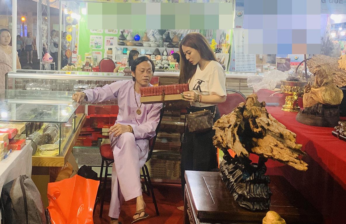 Rời đền Tổ 100 tỷ, Hoài Linh bất ngờ đi bán trầm hương ở hội chợ - 1