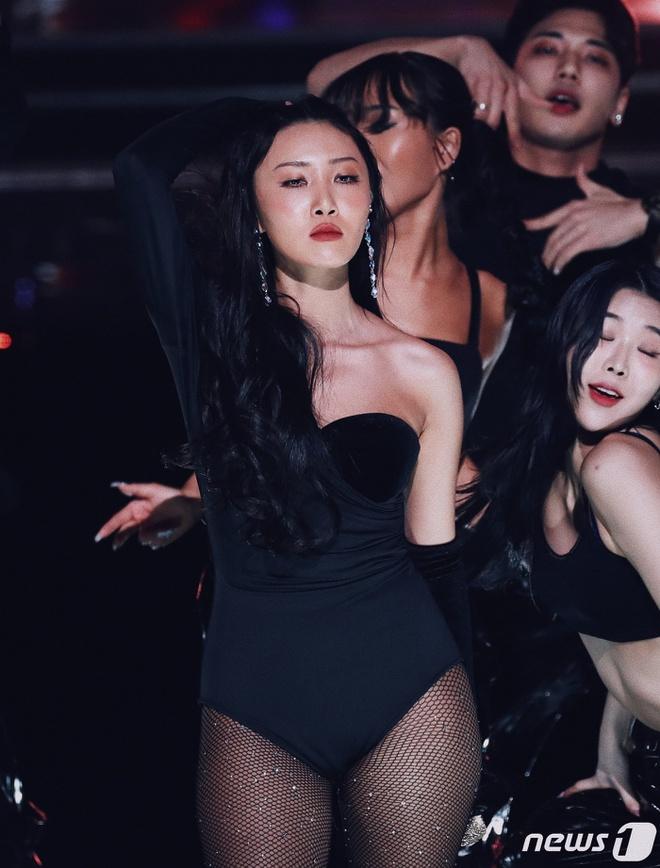 """Đồ diễn cảm hứng áo tắm, nội y: """"Đặc sản"""" thời trang sân khấu Kpop - 1"""