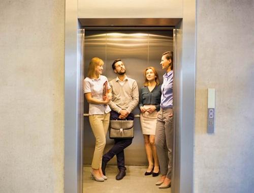Thấy con gái quá ế, mẹ gặp trai trẻ trong thang máy liền dạy luôn cách làm quen - 1