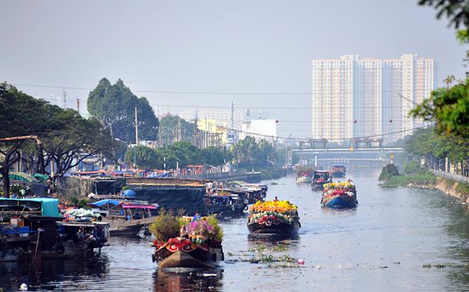 Những chiếc thuyền đầy ắp hoa xuân cập bến Sài Gòn trong những ngày giáp Tết - 1