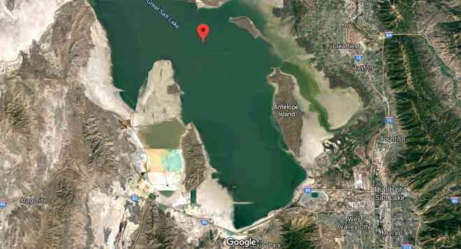 Độc đáo hồ muối 2 màu, được ngăn chia bởi đường ray tàu hỏa ở Mỹ - 1