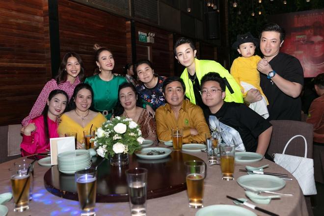 Lộ ảnh Gil Lê và cả gia đình xuất hiện trong bữa tiệc của Hoàng Thuỳ Linh - 1