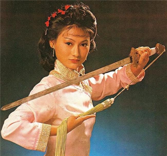 """Huệ Anh Hồng là một trong những nữ thần kungfu nổi tiếng màn ảnh Hong Kong. Cô cũng""""đả nữ"""" duy nhất 3 lần đăng quang Ảnh hậu Kim Tượng. Tài năng của Huệ Anh Hồng được Trương Triệt phát hiện và bồi dưỡng. Tuy nhiên, người có công giúp cô vươn tới hình ảnh """"đả nữ"""" là Lương Gia Huy."""