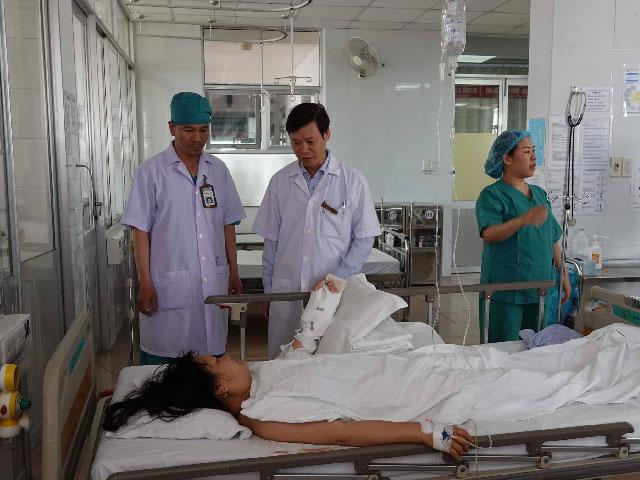 Cô gái bị hàng xóm chém đứt lìa tay, bác sĩ mất 7 giờ để nối liền - 1