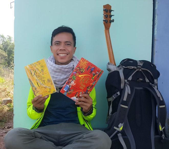 Thầy giáo một mình đi bộ 400km từ TP.HCM về quê ăn Tết chỉ với 100.000 đồng trong ví - 1