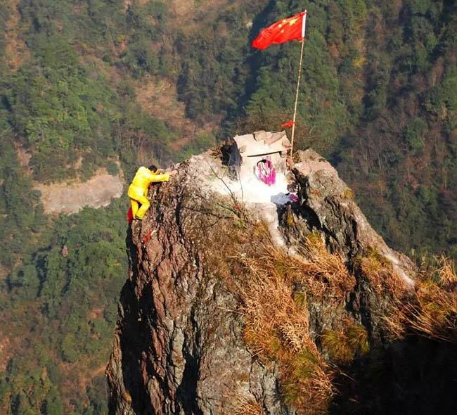 1. Ngôi đền thờ bé xíu này nằm ở độ cao đến vài trăm mét, cách đỉnh cao nhất là 50 mét tại một khu vực nhiều đồi núi Quảng Tây. Bất chấp địa hình hiểm trở, người dân vẫn trèo lên đây bằng dây.