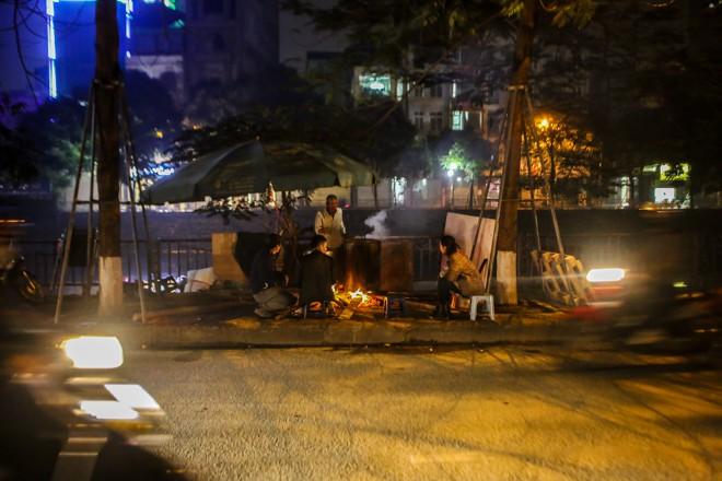 Người dân Thủ đô thâu đêm canh nồi bánh chưng ngoài vỉa hè - 1