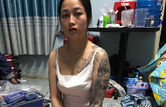"""""""Hot girl"""" 9X xăm trổ cùng nhân viên bị bắt trong quán karaoke - 1"""
