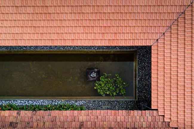 … và một không gian sinh hoạt của gia đình, được kết nối bởi một hành lang và cách nhau bởi một hồ nước.
