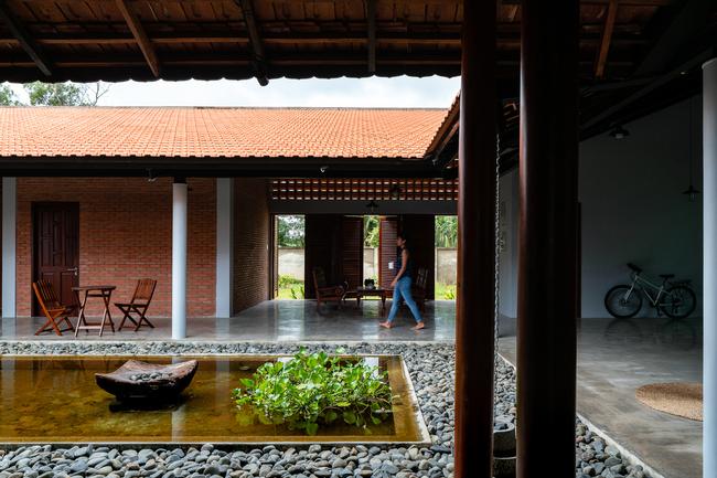 Hành lang và phòng khách là không gian mở bên trong, kết nối phòng ngủ của ông bà, cha mẹ và cháu.