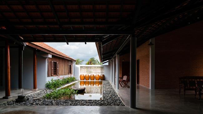 Vật dụng trang trí của ngôi nhà chỉ đơn giản là chiếc chum nước quen thuộc của miền quê cùng một số loài cây đơn giản đặc trưng.