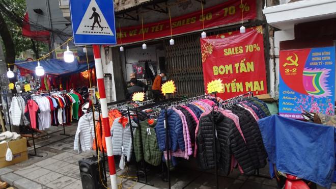 """Đổ xô mua hàng thời trang """"giảm giá bom tấn"""" cuối năm - 1"""