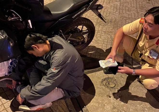 Thanh niên say xỉn, ôm gần 40 triệu ngủ quên trên đường - 1