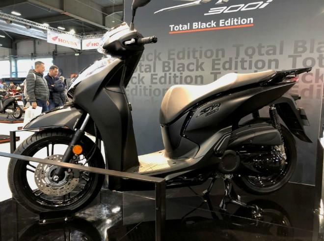 NÓNG: 2020 Honda SH300i bản đen tuyền xuất hiện, cực hoành tráng - 1