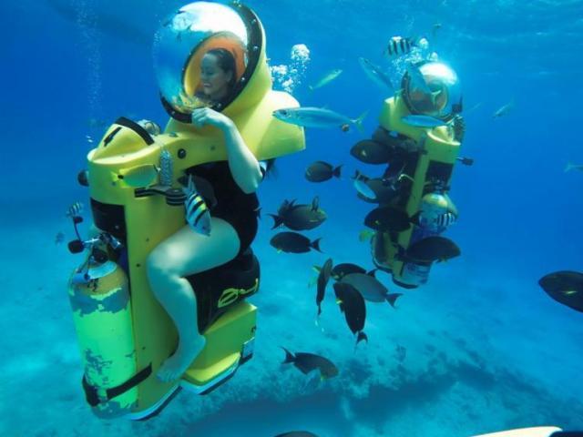 """Trải nghiệm lái """"xe tay ga"""" dạo chơi dưới đáy biển"""