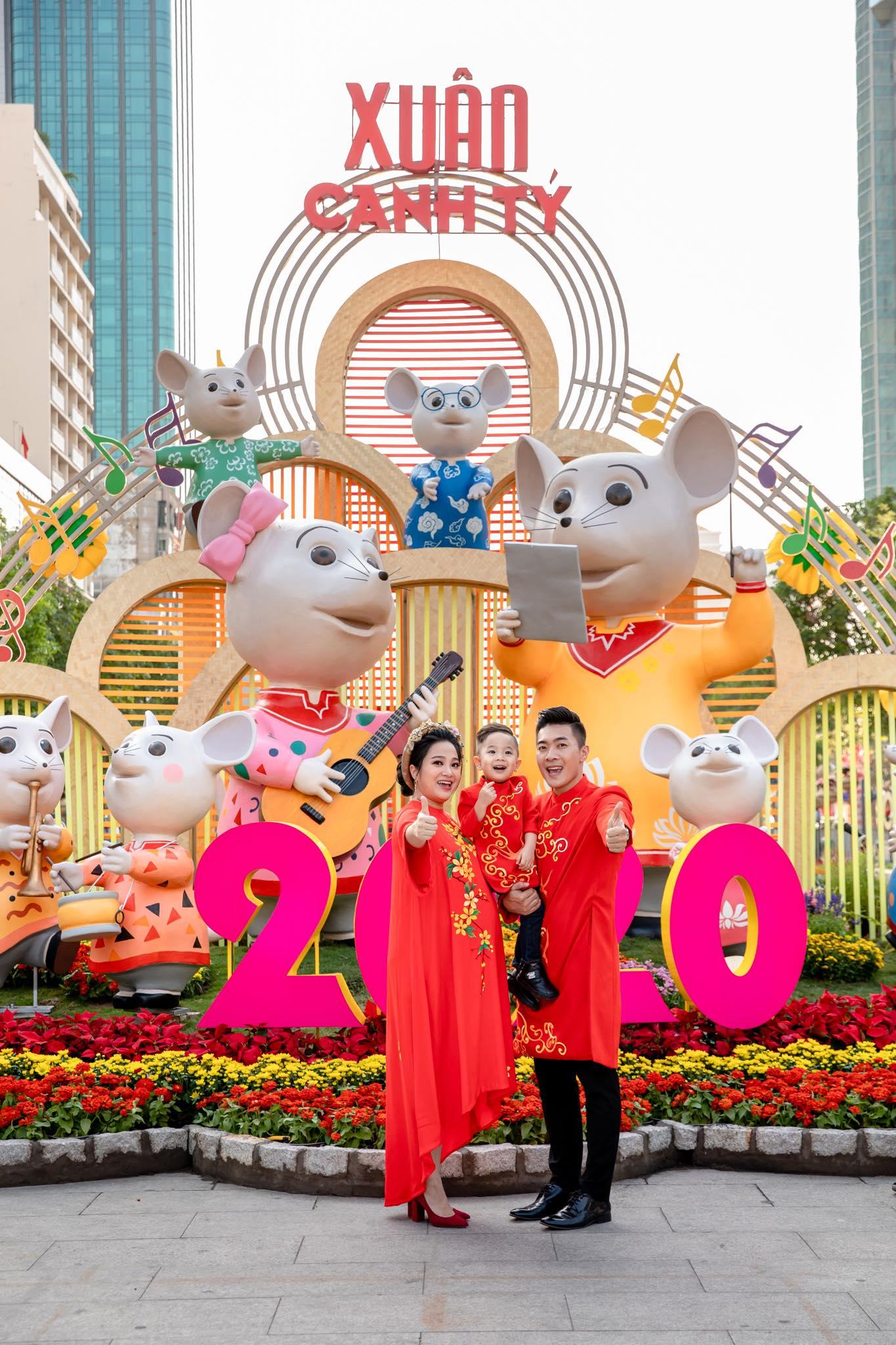 """""""Hoàng tử xiếc"""" Quốc Cơ dẫn vợ bầu hơn 8 tháng du xuân tại đường hoa Nguyễn Huệ - 1"""
