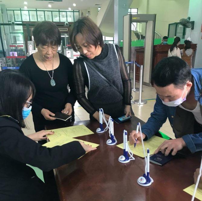 Ảnh: Hành khách Trung Quốc bịt khẩu trang kín mít khai báo y tế tại các cửa khẩu, sân bay Việt Nam - 1