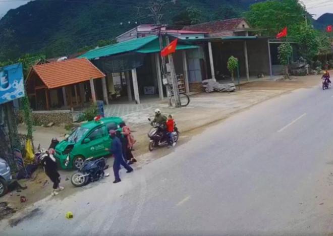 Kinh hoàng cảnh taxi lao vào đoàn người đi chúc Tết, 9 người bị thương - 1