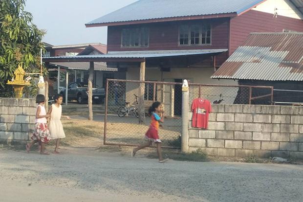 Ngôi làng nhà nào cũng treo áo đỏ ở cổng và sự thật câu chuyện đáng sợ phía sau - 1
