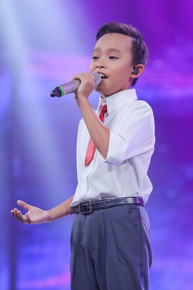 """Danh hiệu Quán quân """"VietNam Idol Kid"""" năm 2016 giúp Hồ Văn Cường từ cậu bé có gia cảnh khó khăn, 1 bước trở thành sao. Cậu được Phi Nhung nhận làm con nuôi và chuyển lên Sài Gòn học tập."""