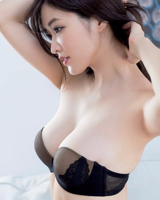Mai Hakase là người mẫu nội y, áo tắm kiêm diễn viên nổi tiếng của Nhật Bản. Cô sở hữu vòng một căng đầy, thân hình nóng bỏng khiến cánh mày râu mê mẩn.