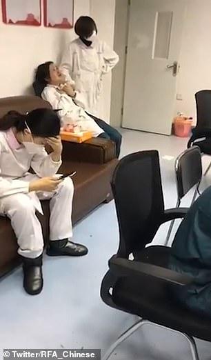 Video: Bác sĩ ở tâm dịch Vũ Hán gào khóc, quát cả sếp vì áp lực? - 1