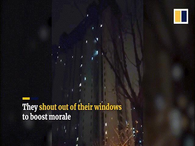 Giữa đại dịch Corona u ám, nhiều người dân Vũ Hán mở cửa sổ hét lớn