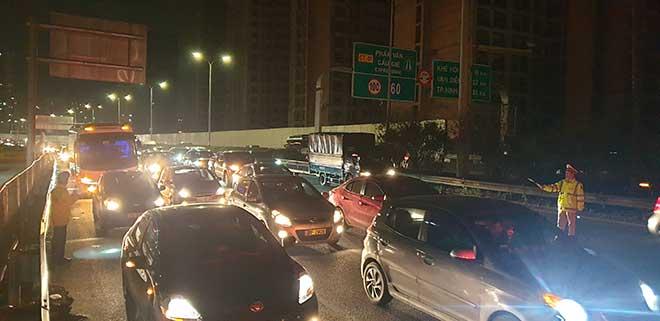 Đường về Hà Nội ùn tắc tới khuya, CSGT căng mình phân luồng đêm mùng 4 Tết - 1