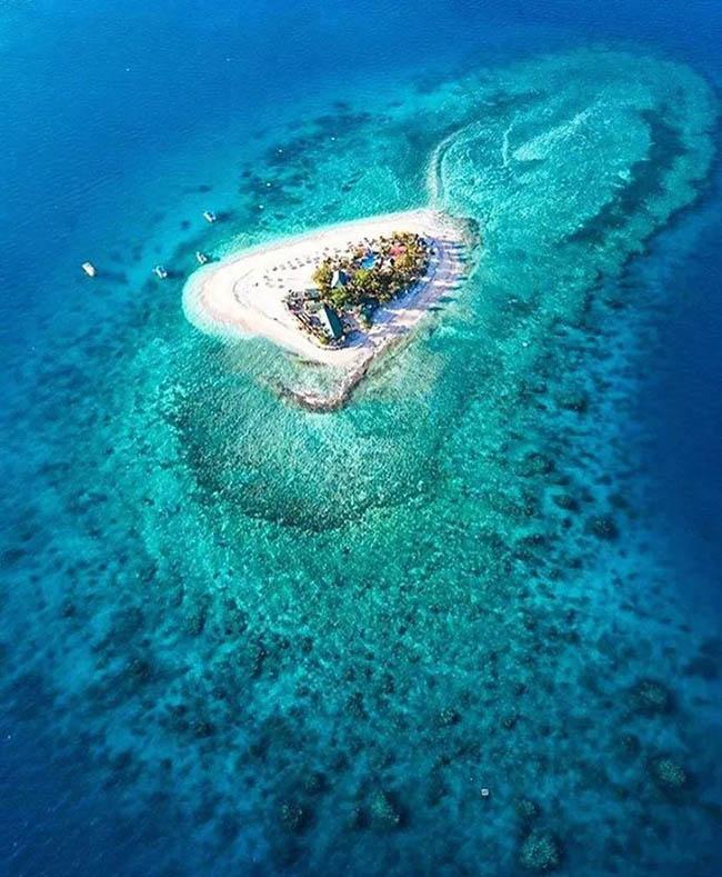 Fiji là một đảo quốc tại châu Đại Dương, thuộc phía nam Thái Bình Dương. Đảo quốc này bao gồm 322 hòn đảo nhỏ, tổng diện tích đất liền của Fiji chỉ có 18.300 km2, nhưng diện tích mặt nước là1,29 triệu km2.