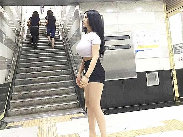 """Thời trang - 2 cô gái Hàn nổi nhờ thân hình bất cân xứng chuộng kiểu mặc """"nửa vời"""""""