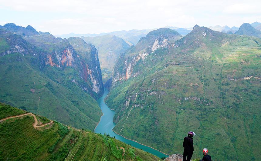 Ngắm vẻ hoang sơ, kỳ vĩ của sông Nho Quế xanh biếc dưới chân đèo Mã Pì Lèng - 1