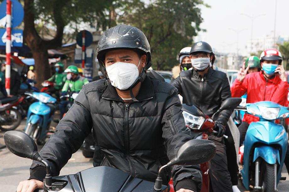 Người dân Hà Nội đeo khẩu trang khắp mọi nơi đề phòng virus Corona - 1
