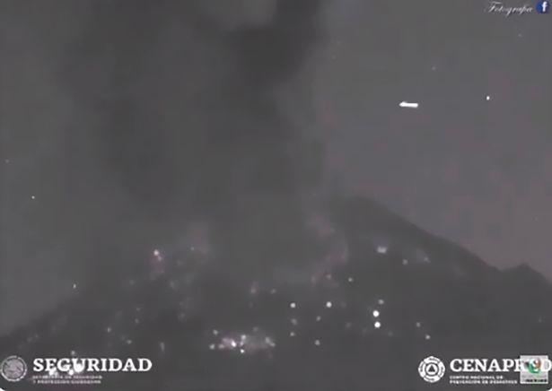 Video: Khoảnh khắc UFO đột ngột xuất hiện khi núi lửa Mexico phun trào - 1
