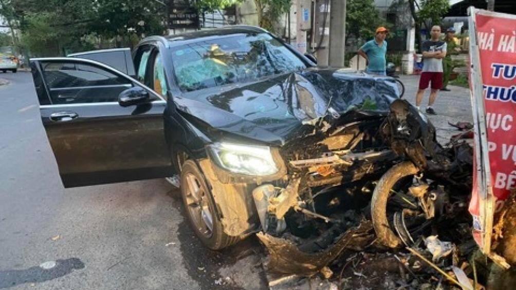 Mercedes tông tài xế Grab tử vong, một tiếp viên hàng không bị thương nặng - 1