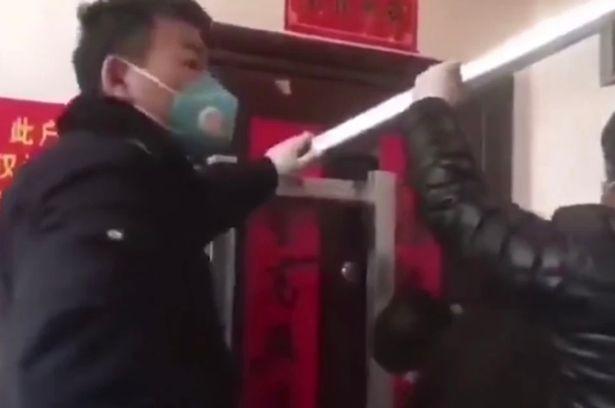 Video: Trở về từ Vũ Hán, người phụ nữ TQ bị chặn cửa ngoài, dán chữ không ai dám lại gần - 1