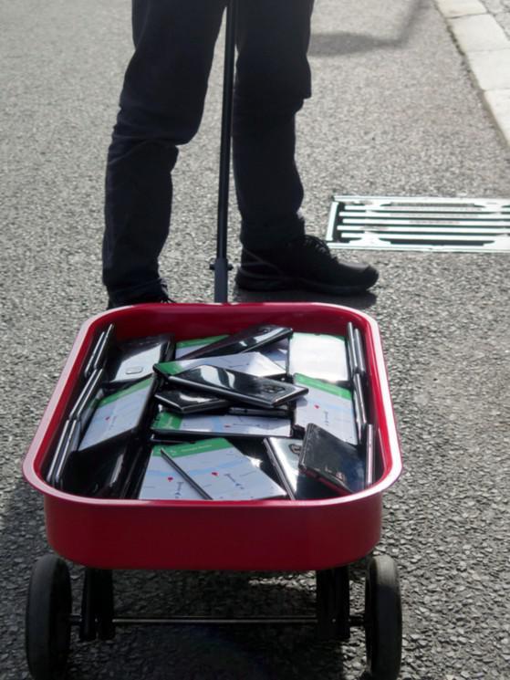 Tạo kẹt xe 'ảo' bằng cách kéo lê 99 chiếc smartphone - 1
