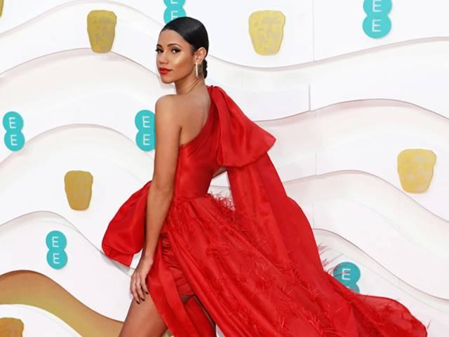 Thời trang - Người dẫn lễ trao giải BAFTA 2020 mặc thiết kế của Trần Hùng